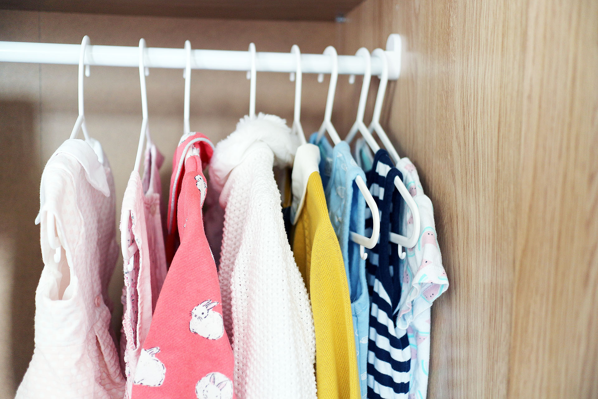 minimalism-kids-closet-close-up